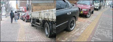 인도의 낮은 턱을 이용해 주차하는 차량들.