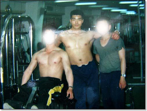역시 군대 시절의 동료들과 헬스하면서 폼을 잡아 봤습니다. 이 때만 해도 뱃살 걱정은 꿈에도 하지 못했습니다.