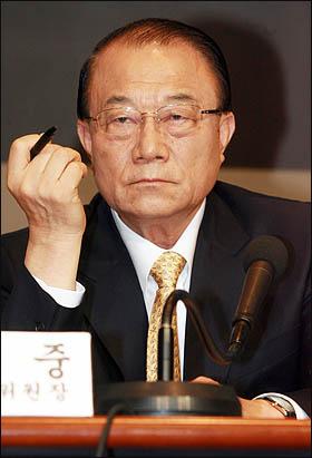 """최시중 방송통신위원장은 9일 관훈클럽 초청 토론회에서 """"일부 방송사들의 정도를 벗어난 보도 행태는 국민의 우려를 자아내고 있다""""며 MBC를 맹비난했다."""