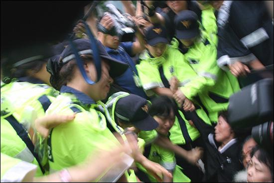 도로에 연좌한 유가족들을 여경들이 끌어내려 했다.