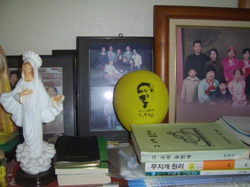 우리 집 거실의 노란 풍선 5월 29일 노짱 영결식 날 서울광장에서 가져온 노란 풍선은 우리 집 거실 피아노 위에 모셔졌다. 50여 일이 지나는 동안 시나브로 공기가 빠져서 크기가 줄어들었다. 콩알만하게 될 때까지 자리를 지킬 것이다.