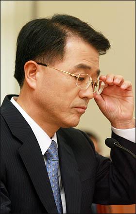 천성관 검찰총장 후보자가 13일 국회 인사청문회에서 의원들의 질의를 듣고 있다.
