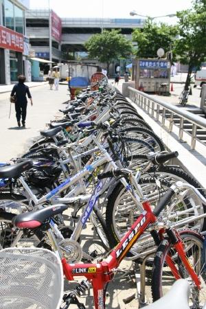 자전거주차장 부평역 자전거 주차장에 가지런히 정열돼 있는 자전거. 고유가 탓에 자전거이용자가 부쩍 늘었다. 부평역은 여전히 자전거 거치대가 부족하다. 때문에 일부 전문가들은 공공자전거제도에 들어 갈 재원을 자전거전용도로 확대와 자전거 주차장 설치 확대에 쓰는 게 바람직하다고 주장한다.