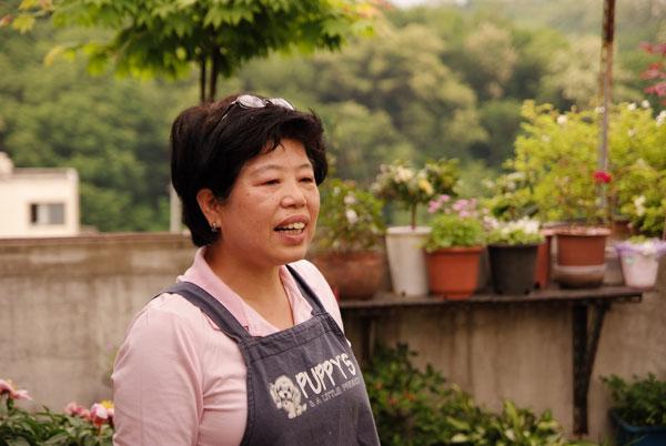 김영자 씨. 김 씨가 살고 있는 모아빌라 옥상은 아름다운 정원이다.