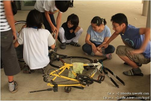 자전거 손질과 청소를 배우는 대안학교 아이들. 손에 기름때가 묻어도 즐겁게 배웠습니다.
