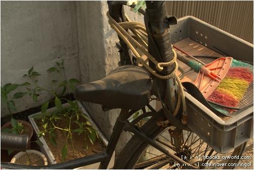 여느 짐자전거, 곧 생활자전거입니다. 동네 골목길 어디에서나 만나는 짐자전거를 돌아보고 쓰다듬으면서, 이 자전거가 달려 온 길을 헤아려 보곤 합니다.