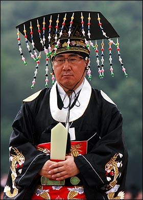 15일 오후 서울 종로4가 종묘에서 열린 '조선왕릉 40기 세계문화유산 등재 대국민보고회 및 고유제'에 참석한 황사손(황제를 이은 자손) 이원씨.