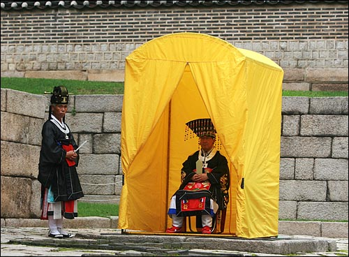 15일 오후 서울 종로4가 종묘에서 열린 '조선왕릉 40기 세계문화유산 등재 대국민보고회 및 고유제'에 참석한 황사손(황제를 이은 자손) 이원씨가 노란 천막안에서 쉬고 있다.