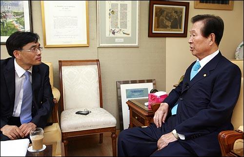 6월 27일 동교동 자택에서 오연호 <오마이뉴스> 대표기자와 인터뷰를 하고 있는 김대중 전 대통령.