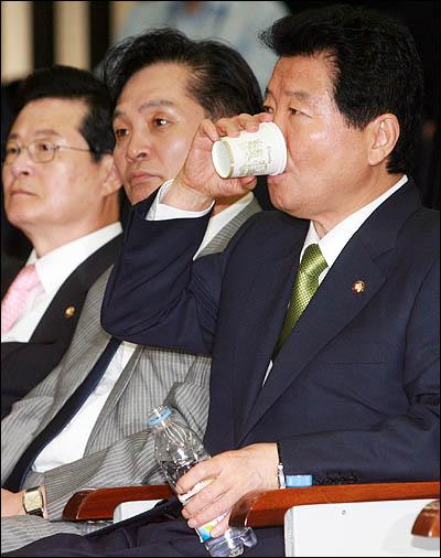 여야 의원들이 국회 본회의장에서 동시 점거농성을 벌이며 이틀째 대치하고 있는 가운데 16일 오전 의원총회에 참석한 안상수 한나라당 대표가 물을 마시고 있다.