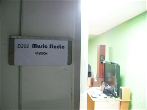 서울 마포구 상암동 첨단산업센터 지하 2층 주차장 한 쪽에 'DMC 밴드'의 연습실이 있다.