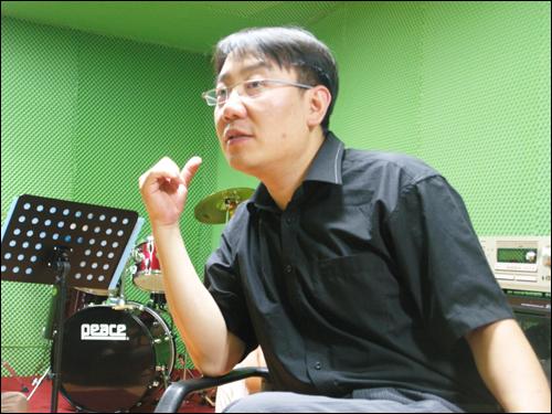 DMC 밴드의 리더이자 기타리스트인 심현보(45) 4D VISION 대표. 심 대표의 제안으로 밴드가 결성 됐다.