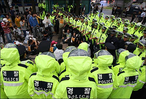 18일 오후 서울 청계광장 앞에서 이명박정권 용산철거민살인진압 범국민대책위원회원들과 유가족들이 용산참사 문제에 대해 정부의 책임 있는 해결을 촉구하며 청와대로 향해 삼보일배를 진행하자 경찰들이 막아서고 있다.