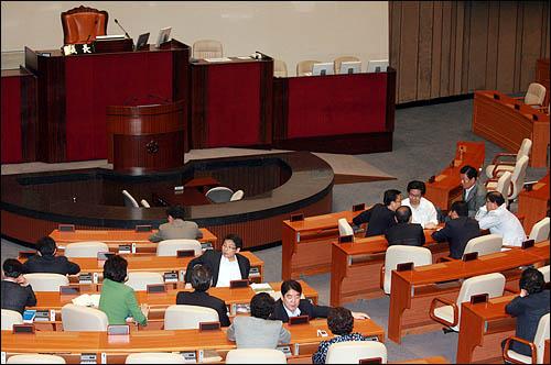 한나라당 의원들이 민주당과의 '휴전' 신사협정을 깨고 19일 오전 국회 본회의장으로 진입, 국회의장석 앞 주변을 점거하고 있다.