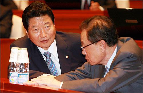 한나라당 안상수 원내대표가 19일 오전 국회에서 열린 의원총회에서 박희태 대표와 얘기를 나누고 있다.