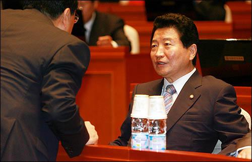 한나라당 안상수 원내대표가 19일 오전 국회에서 열린 의원총회에서 김정훈 원내수석부대표와 얘기를 나누고 있다.