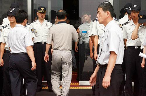 19일 오전 미디어법 처리를 둘러싸고 여야가 첨예하게 대치하고 있는 가운데 국회 경위들이 국회 본청 정문을 통제, 의원과 출입기자 이외 일반인들의 출입을 제한하고 있다.