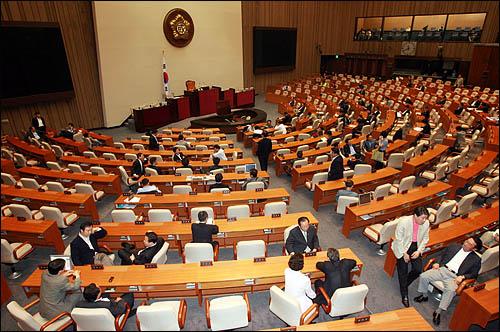 미디어법 처리를 둘러싸고 한나라당과 민주당의 '한시적 대치 해제'가 종료된 19일 오전10시 양당 의원들이 본회의장에 입장, 동시 점거농성을 재개하고 있다.
