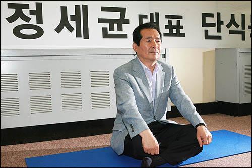 민주당 정세균 대표가 한나라당의 미디어법 강행처리를 막기 위해 19일 저녁 국회 당대표실에서 단식농성에 들어갔다.
