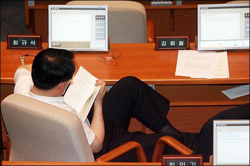 미디어법 처리와 관련한 여야 원내대표의 막판협상이 20일 오전으로 미뤄진 가운데 19일 밤 민주당 최규식 의원이 책을 읽으며 국회 본회의장 자리를 지키고 있다.