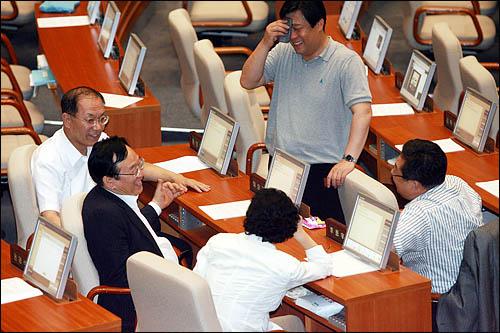 미디어법 처리와 관련한 여야 원내대표의 막판협상이 20일 오전으로 미뤄진 가운데 19일 밤 일부 한나라당 의원들이 국회 본회의장 자리를 지키고 있다.