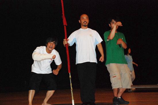 '돈키호테' 출현 배우들이 사천문화예술회관에서 막바지 연습에 비지땀을 흘리고 있다. (왼쪽부터) 산초역에 한갑수, 극단장 고능석