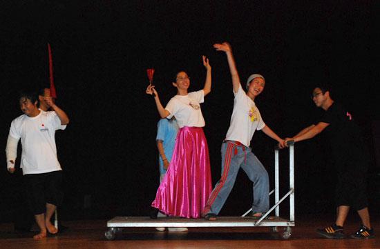 돈키호테의 한 장면을 연습하고 있는 배우들.