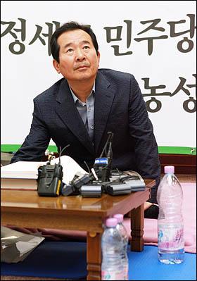 민주당 정세균 대표가 미디어법 강행처리에 반대하며 21일 국회 대표실에서 사흘째 단식농성을 하고 있다.