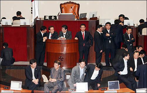 한나라당 안상수 원내대표가 22일 오전 협상종료 선언을 한 직후 한나라당 의원들이 미디어법 직권상정을 위해 본회의장 의장석 주변을 에워싸고 있다.
