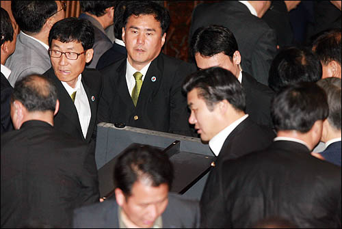 22일 미디어법 강행처리를 저지하기 위해 민주당이 본회의장 입구에 쌓아놓은 집기를 국회 경위들이 걷어내고 있다. 민주당은 직권상정을 필사적으로 막기 위해 한나라등 의원들과 김형오 국회의장의 입장을 가로막고 있다.