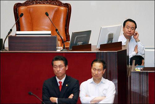 미디어법 강행처리를 위해 한나라당 의원들이 22일 오후 민주당 의원들과의 몸싸움도 불사하며 국회 본회의장에 필사적으로 입장하고 있는 가운데 주성영 의원이 의장석 주변을 지키고 있다. 김형오 국회의장은 본회의장에 아직 들어오지 못했다.