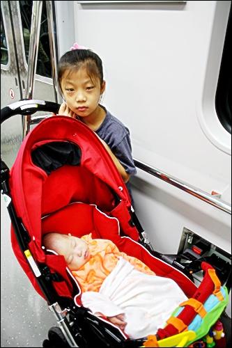 휠체어고정안전밸트 지하철 9호선에는 휠체어나 유모차를 고정시킬 수 있는 안전벨트가 설치되어 있다.