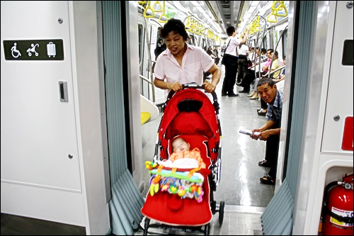 지하철9호선은 개방문 지하철 9호선은 객차 간 문이 없어 휠체어나 유모차가 자유롭게 다닐 수 있다.