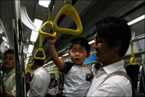 노란 손잡이 귀여운 노란 손잡이는 아이들도 탐난다.