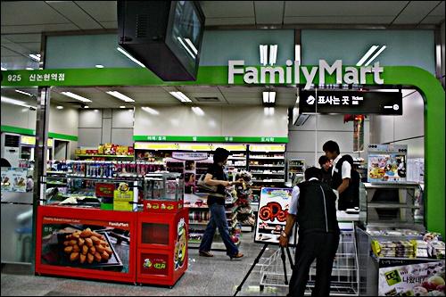역내 훼밀리마트 신논현역, 지하철9호선은 역마다 훼밀리마트가 들어서있다. 편의점에서 1일 이용권도 구매할 수 있다.