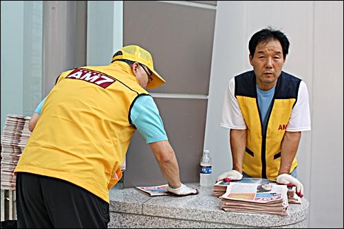 무가지를 나눠주는 어르신들 지하철 9호선을 타기 전, 신논현역에서 가장 먼저 만난 사람