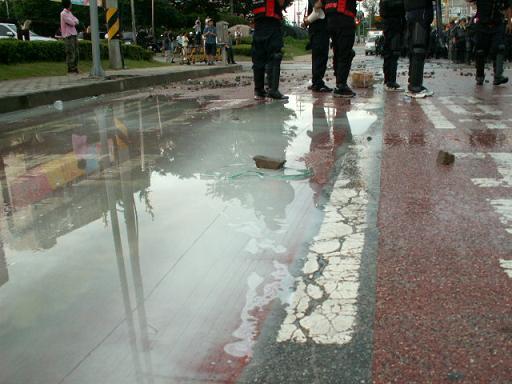 길에 고인 최루액 살수차에서 뿌려진 최루액이 도로에 고여있다