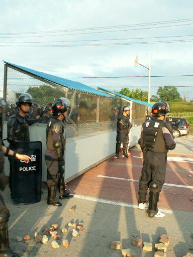 방석망을 밀고나온 경찰 투석전 방어를 위해 제작된  방석망을 도로에 세우고 지켜보는 경찰