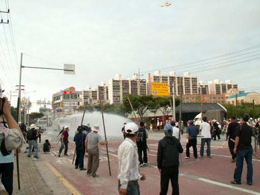 살수차 경찰이 최루액성분의 물포를 쏘며 시위대를 해산하고있다.
