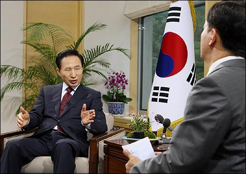 이명박 대통령은 27일 라디오·인터넷 연설 20회차를 맞아 민경욱 KBS앵커와의 대담형식으로 진행했다.