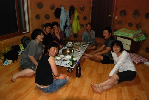 음주를 찬미하다. 어른들은 황토방 안에서 늦도록 행복한 음주를 만끽했다.