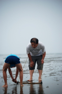 조개잡이 부자(父子) 볼음도에서의 누리는 아들과 아빠의 조개잡이