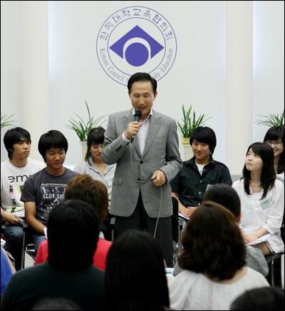 이명박 대통령이 30일 한국대학교육협의회를 방문해 학자금 지원정책을 발표하고 있다.