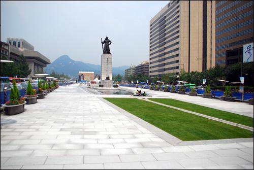 광화문광장이 지난 1년 3개월 간의 공사를 끝내고 8월 1일 일반 시민들에게 개방된다.