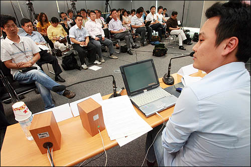 이중대 에델만 코리아 이사가 31일 서울 상암동 오마이뉴스 대회의실에서 열린 세계시민기자포럼에서 '소셜네트워킹이 바꿔놓은 미디어 지형'을 주제로 발제하고 있다.