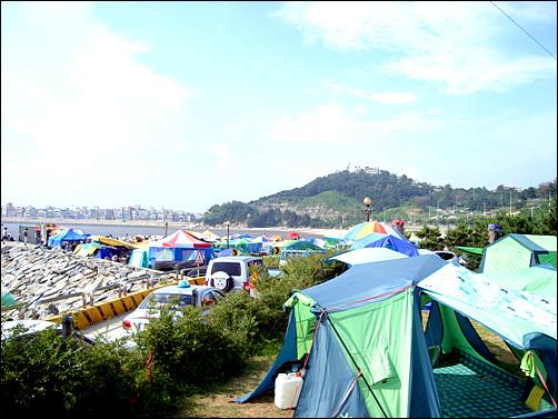 야영이 금지된 오이도기념공원은 텐트촌으로 변해버렸다.
