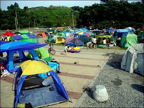 공원 주변은 텐트들로 가득하다.