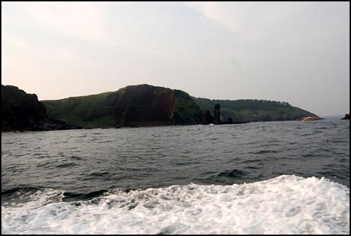 대섬 남쪽 대섬 남쪽에 솟아오른 바위가 장군바위다.