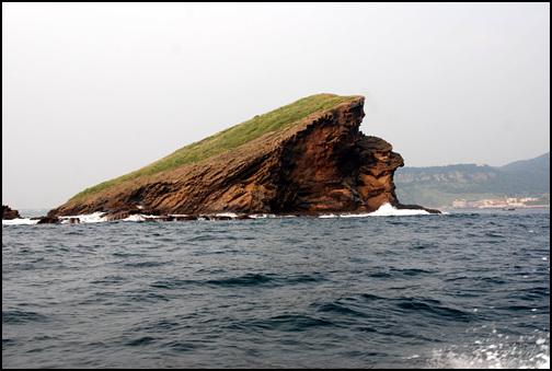 지실이섬의 매바위 지실이섬은 서쪽 가장 남쪽에 자리하고 있어서, 편서풍과 쿠로시오해류의 영향을 가장 많이 받는다. 그간 풍화에 심하게 노출되었다는 것을 한눈에 실감할 수 있다.