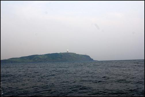 수월봉 바다에 나가니 수월봉이 한눈에 들어왔다.